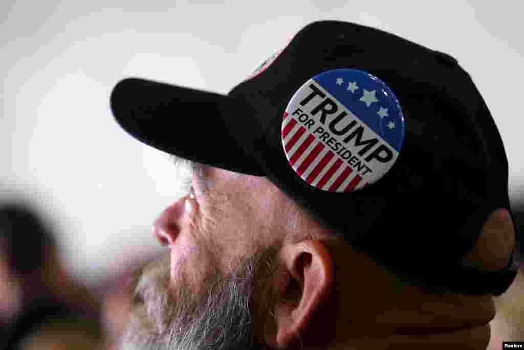 یک از طرافداران دونالد ترمپ در حال شندین سخنرانی او در جریان مبارزات انتخاباتی در شهر کولمبوس ایالت اوهایو. یک نظر سنجی مشترک از سوی CNN و ORC نشان داده است که در میان کاندیدان جمهوریخواه، دونالد ترمپ ۴٩ در صد، سناتور مارکو روبیو ١٦ در صد و سناتور تد کروز ١٥ در صد حمایت مردم را با خود دارند.
