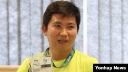 역대 두 번째 한국인 국제올림픽위원회(IOC) 선수위원에 뽑힌 탁구 금메달리스트 유승민이 18일 기자회견에서 리우올림픽 시설 출입카드가 업그레이드됐다고 말하고 있다.