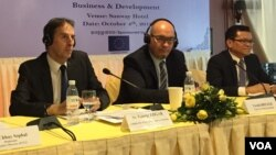 "George Edgar, (first left) EU ambassador to Cambodia during the discussion ""Business and Development"" in Cambodia on October 04, 2018 in Phnom Penh. (VOA Khmer)"