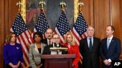 Les démocrates de la Chambre des représentants, lors de l'annonce des chefs d'accusation retenus contre Donald Trump, visé par une procédure de destitution, le 10 décembre 2019 (AP Photo/Susan Walsh)