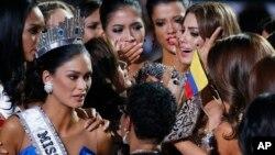 Učesnice Mis Univerzuma pokušavaju da uteše Kolumbijku Ariadnu Gutieres (gore desno), pošto je greškom proglašena za pobednicu, Las Vegas 20. decembar 2015.