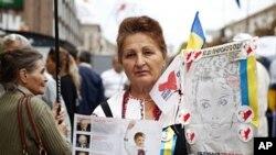 图为一名62岁的季莫申科支持者8月15日在基辅进行抗议
