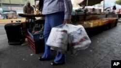 Compra de papel higiénico en las ventas informales de Caracas.