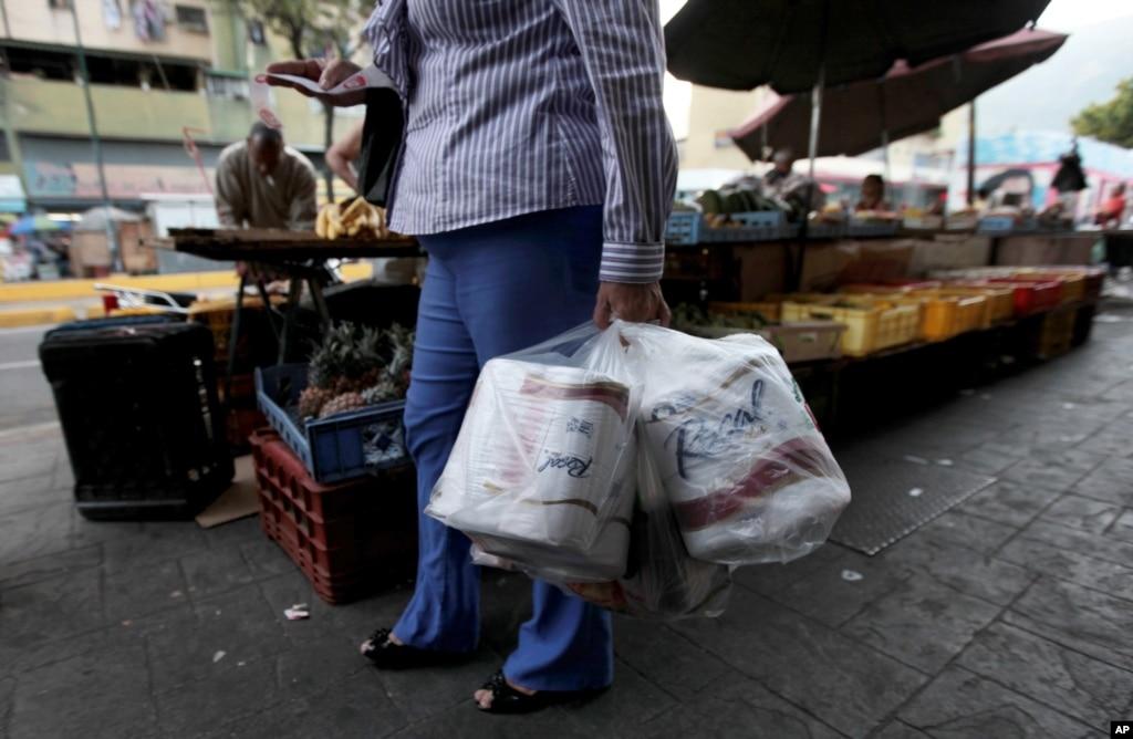 Venezuela: Colas de 2 horas para conseguir Papel Higienico. 7CB250C2-C8BE-483B-8179-FAB899D21537_mw1024_n_s