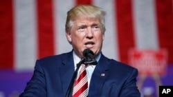 Ứng cử viên tổng thống Đảng Cộng hòa Donald Trump phát biểu trong một buổi mít tinh ở Roanoke, Virginia, ngày 24 tháng 9 năm 2016.