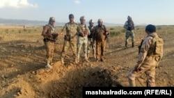 На фото: 2020-й рік. Афганські військові оглядають місце сутичок із бойовиками Талібану
