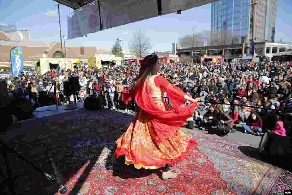 برنامه های رقص با استقبال مردم مواجه شد.