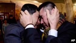Hai anh em Park Yang-gon từ Hàn Quốc và Park Yang Soo ôm nhau khóc trong cuộc đoàn tụ gia đình tại Núi Kim Cương ở Bắc Triều Tiên, ngày 20/2/2014.