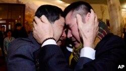 1972년 12월 서해에서 홍어잡이를 하다 납북된 것으로 알려진 오대양 61호 선원 박양수 씨(오른쪽)와 동생 박양곤 씨가 20일 금강산 이산가족 상봉 장소에서 서로를 끌어안고 있다.