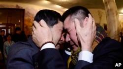 지난 2월 금강산에서 열린 남북이산가족 상봉행사에서 1972년 12월 서해에서 홍어잡이를 하다 납북된 것으로 알려진 오대양 61호 선원 박양수 씨(오른쪽)와 동생 박양곤 씨가 서로를 끌어안고 울고 있다.