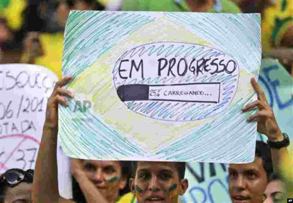 Durante o jogo do Brasil e México muitos torcedores levaram cartazes como este.