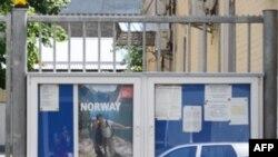 Біля норвезького посольства у Києві мешканці столиці висловлюють співчуття загиблим під час минулотижневих нападів