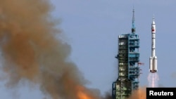中国发射神舟10号太空船(2013年6月11日)。中国一些民企在神舟10号太空船等高端军工项目中发挥了重要作用