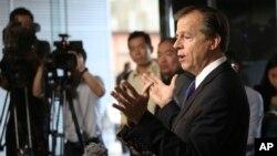 미국의 글린 데이비스 대북정책 특별대표가 29일 베이징에서 우다웨이 중국 외교부 한반도사무 특별대표와 회담한 후 기자들의 질문에 답하고 있다.