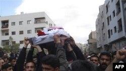 Sirijski demonstranti nose kovčeg sa posmrtnim ostacima jednog aktiviste ubijenog u petak