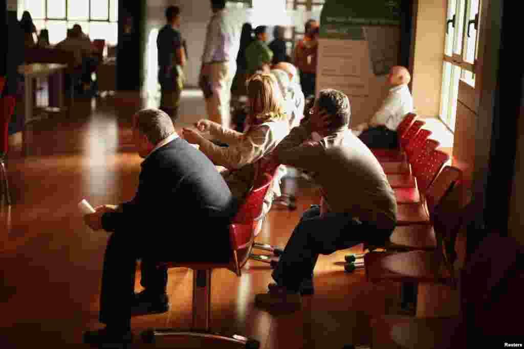 Dân chúng chờ đợi bên trong một văn phòng tìm việc của chính phủ tại Capillos, miền nam Tây Ban Nha. Số người đăng ký thất nghiệp đã giảm khoảng 46.050 người vào tháng Tư so với tháng Ba, và bây giờ số người thất nghiệp còn 4,98 triệu.