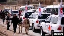 Konvoj Međunarodnog komiteta crvenog krsta snimljen kako prelazi u Istočnu Gutu u blizini kampa Vafidin u Damasku, 5. marta 2018.
