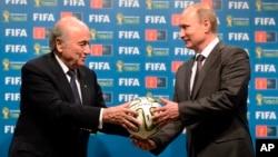 El presidente de la FIFA, Joseph Blatter, y el de Rusia, Vladimir Putin, durante la ceremonio de otorgamiento de la sede del Mundial 2018.