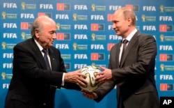 Sepp Blatter à esquerda com Presidente russo Vladimir Putin