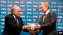 在上届世界杯足球赛结束时的交接仪式上,俄罗斯总统普京抱着足球(2014年7月15日)