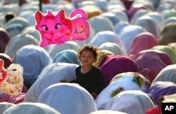 រូបឯកសារ៖ ក្មេងស្រីម្លូស្លីមម្នាក់កាន់ប៉េងបោងនៅក្នុងឱកាសប្រារព្ធពិធីបុណ្យសាសនា Eid al-Adha នៅរដ្ឋធានីហ្សាការតា ប្រទេសឥណ្ឌូនេស៊ី កាលពីថ្ងៃទី១៥ ខែតុលា ឆ្នាំ២០១៣។