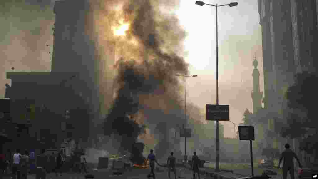 Masu goyon baya da masu kin jinin hambararen shugaban kasar Misra mai kishin Islama Mohammed Morsi sun kara a Misra ranar 6 ga watan Oktoba, 2013.