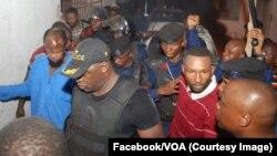 Ne Muanda Nsemi, chef spirituel de Bundu Dia Kongo, à gauche, chemise bleu ciel, lors de son arrestation par la police à Kinshasa, RDC, 3 mars 2017.