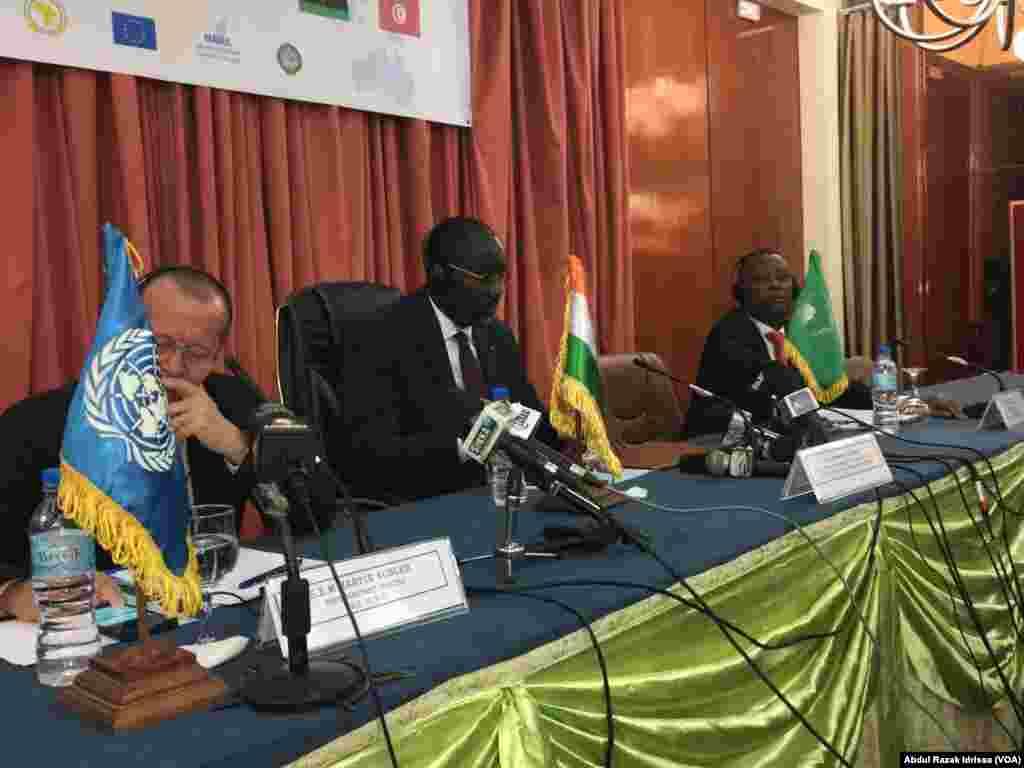 Martin Kolber, représentant du secrétaire général des Nations unies en Libye, à gauche, et les ministres des affaires étrangère des Etats voisins de la Libye en réunion à Niamey, Niger, 19 octobre 2016. VOA/Abdoul-Razak Idrissa