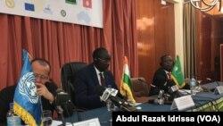 Martin Kolber, représentant du secrétaire général des Nations unies en Libye, à gauche, et les ministres des affaires étrangère des états voisins de la Libye en réunion à Niamey, Niger, 19 octobre 2016. (VOA/Abdoul-Razak Idrissa)