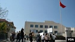 示威者在中国驻华盛顿大使馆前抗议中国对朝鲜叛逃者的遣返政策. (资料照片)