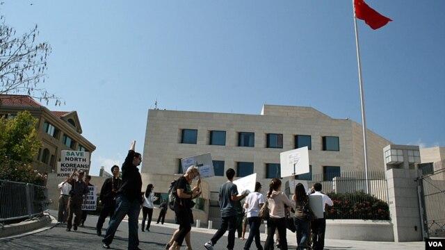 지난해 중국 내 탈북 난민 보호를 촉구하며, 미국 워싱턴 주재 중국 대사관 앞에서 벌어진 집회.