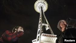 在西雅圖的旅遊地標太空針兩名大麻吸食者吸食大麻慶祝合法化