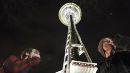 Centenares de personas llegaron hasta la Aguja Espacial de Seattle para fumar marihuana en frente de las autoridades en señal de júbilo por su despenalización que entró en vigor desde el jueves.