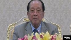 柬埔寨外相贺南洪7月20日在金边就南中国海问题回答美国之音记者提问。