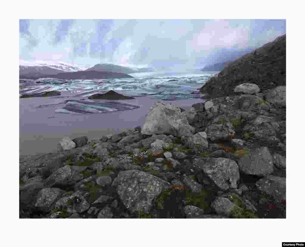 Lanskap baru danau, lereng bebatuan, bukit dan batu besar tampak setelah gletser mencair. Gletser di Islandia, dan di seluruh Arktik, menghilang akibat iklim yang semakin memanas. (Feo Pitcairn Fine Art)