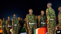 Wanajeshi wa Kenya wakisimama mbele ya majeneza ya wenzao waliouwawa Somalia.