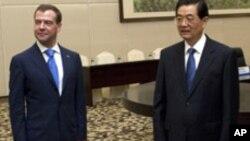 후진타오 주석의 영접을 받는 메드베데프 대통령(좌)