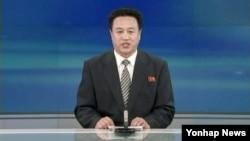 북한 조선중앙TV 아나운서가 13일 장성택 전 국방위원회 부위원장에게 사형을 선고한 재판 결과를 낭독하고 있다.