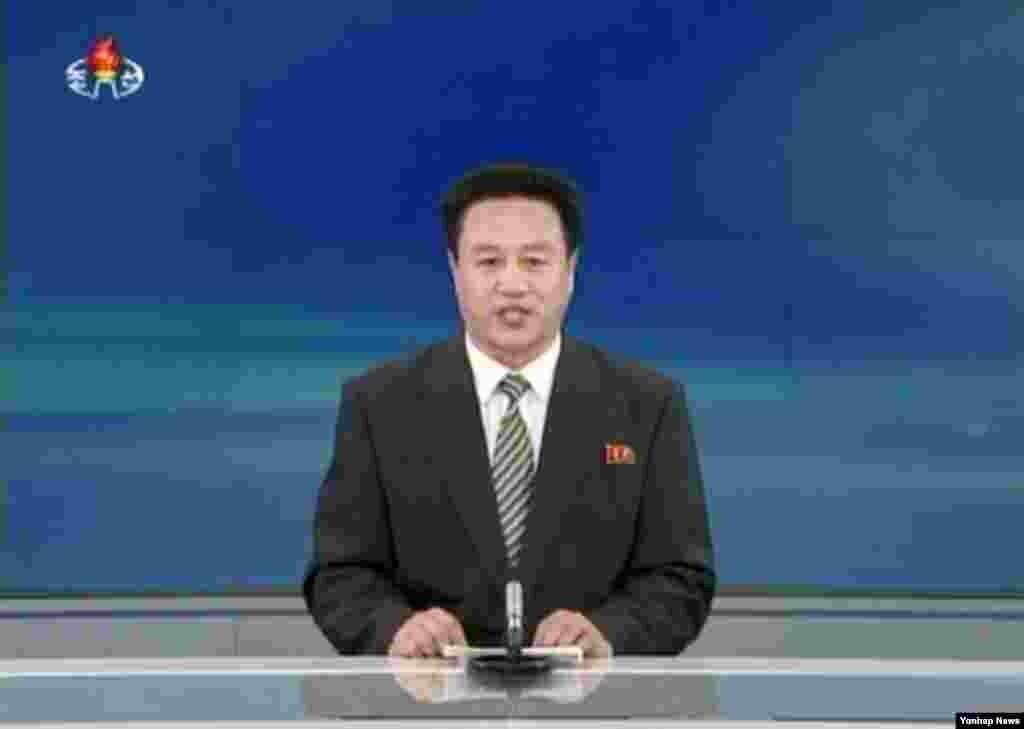 북한 조선중앙TV 아나운서가 13일 장성택 전 국방위원회 부위원장의 사형 선고 재판문을 낭독하고 있다.