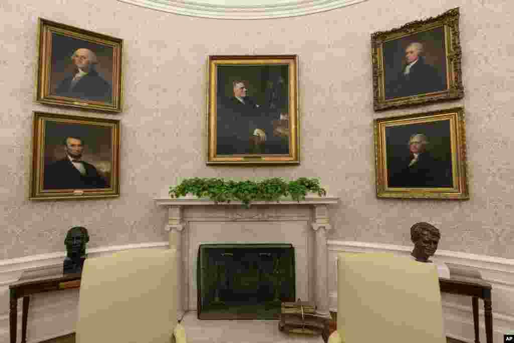 """Yangi prezident uchun qayta jihozlangan Oval ofis. Oq uyning """"Oval ofis"""" deb atalmish zali prezidentlarning ishlash va turli uchrashuvlar o'tkazish xonasi sanaladi. Vashington shahri."""