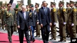 Presiden Barack Obama (kanan) didampingi Presiden Palestina Mahmoud Abbas (kiri depan) saat berjalan melintasi karpet merah dalam upacara penyambutan kedatangan tamu negara Palestina di Kompleks Kepresidenan Muqata di Ramallah, Tepi Barat (21/3).