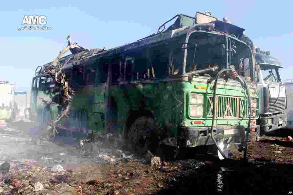 بقایای اتوبوسی سوخته در شهر حلب پس از حمله نیروهای هوایی دولتی. ۲۲ دسامبر