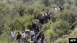 Người Syria di tản tránh bạo động ở khu vực Wadi Khaled, băng biên giới sang Libăng