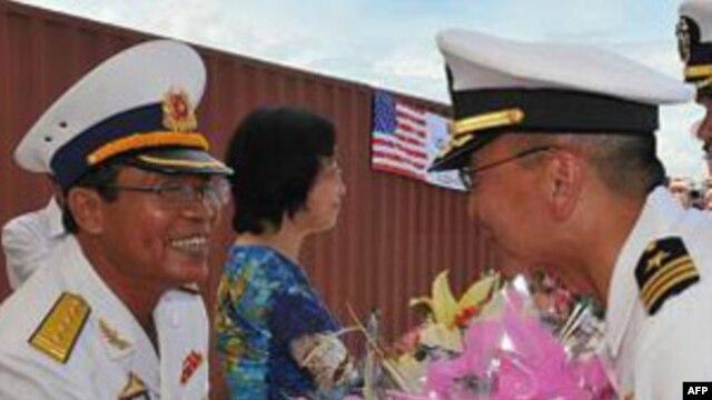 Chỉ huy tàu khu trục USS John S. McCain bắt tay với một sĩ quan cao cấp của Hải quân Việt Nam sau khi cập cảng Đà Nẵng, ngày 10/8/2010