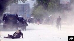 지난해 4월 아프가니스탄 수도 카불에서 자폭테러가 벌어져 한 경찰관이 바닥에 엎드려 있다. (자료사진)