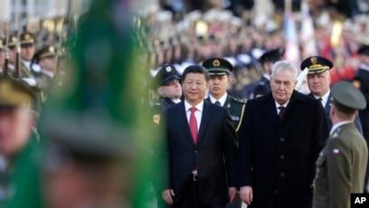 Presidenti kinez duke u mirëpritur në Pragë nga homologu i tij çek