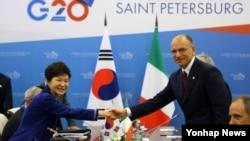 러시아 상트페테르부르크 G20 정상회의에 참석 중인 박근혜 대통령(왼쪽)이 5일 콘스탄틴 궁전에서 이탈리아 엔리코 레타 총리와 양자회담을 가졌다.
