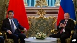 Tổng thống Nga Vladimir Putin (phải) hội đàm với Chủ tịch nước Trung Quốc Tập Cận Bình tại điện Kremli, 22/3/13
