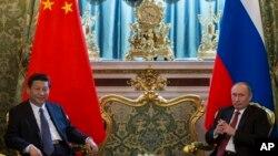 Presiden Rusia Vladimir Putin (kanan) dan Presiden China Xi Jinping dalam pertemuan di Kremlin, Moskow (22/3). Presiden Xi Jinping saat ini telah bertolak ke Afrika dalam lawatan singkat yang akan membawanya ke Tanzania, Afrika Selatan dan Republik Kongo.