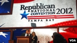 """Guverne Nju Džerzija Kris Kristi na bini arene """"Tampa bej tajms forum"""""""